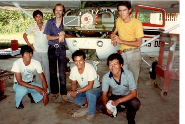 À gauche de l'avion Bruce Edwards, à droite Enrique Tantte, et les mécaniciens