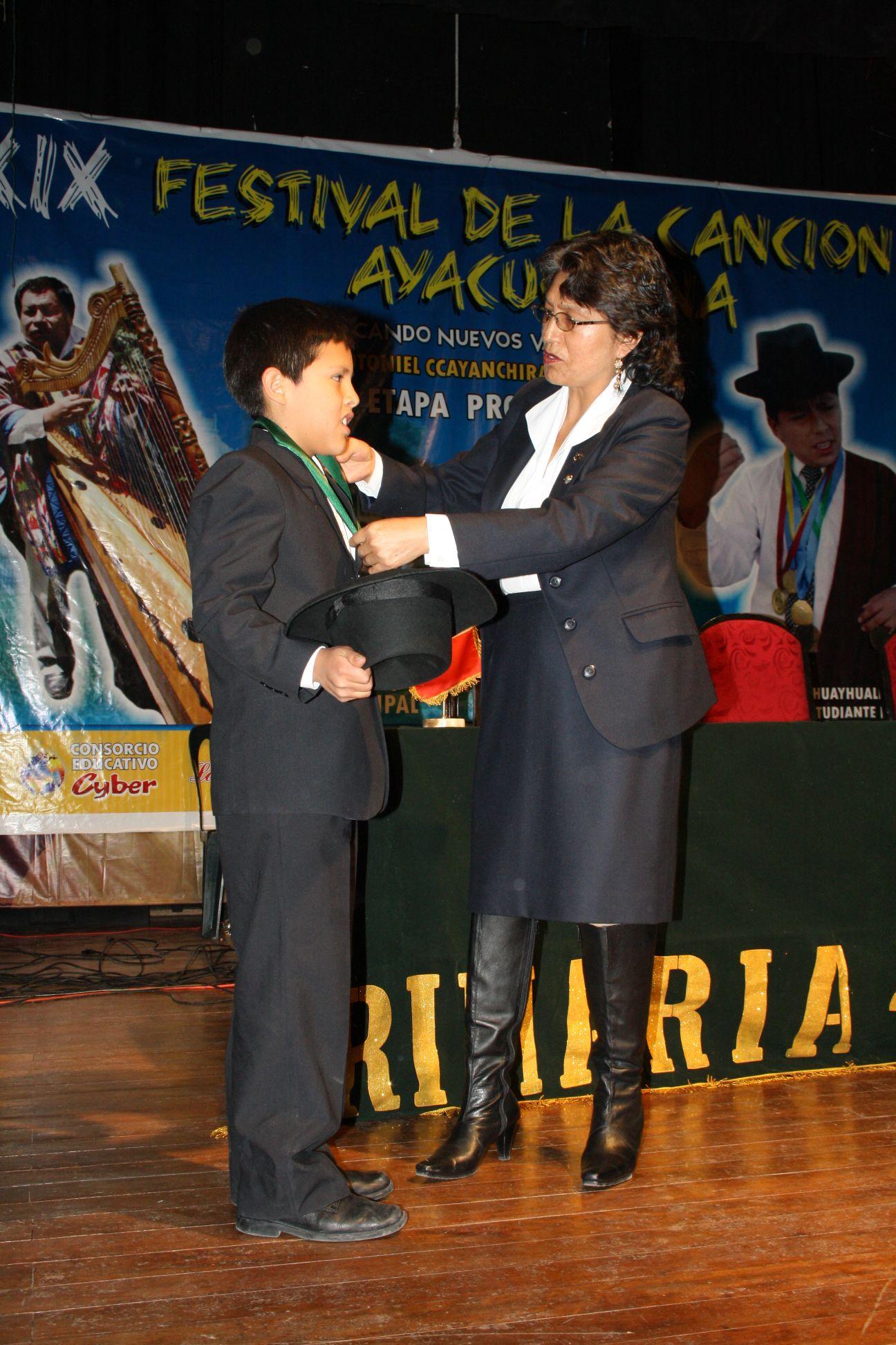 Zenaida Araujo remet le prix à l'un des gagnants