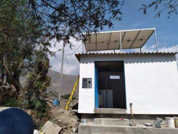 La station de pompage construite au-dessus de la citerne de 40 m3 et surmontée des panneaux solaires