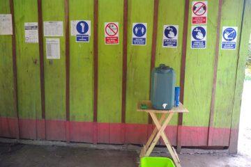 Les informations bien en vue et le kit pour le lavage des mains