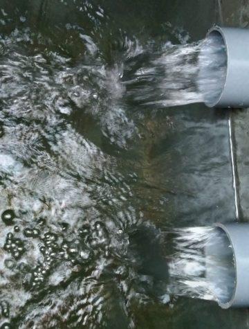 L'eau cristalline coule dans le caisson