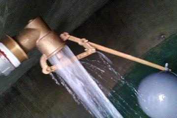 L'eau qui se déverse dans le réservoir à quelques centaines de mètres
