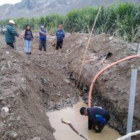 Pompage de l'eau qui a jailli lors de l'installation