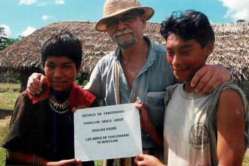 Claude Gagnon en compagnie de deux étudiants de Tangoshiari en Amazonie