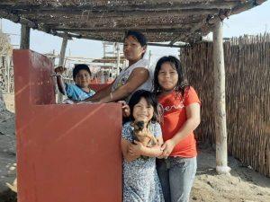 Une famille très heureuse d'avoir accès à l'eau courante