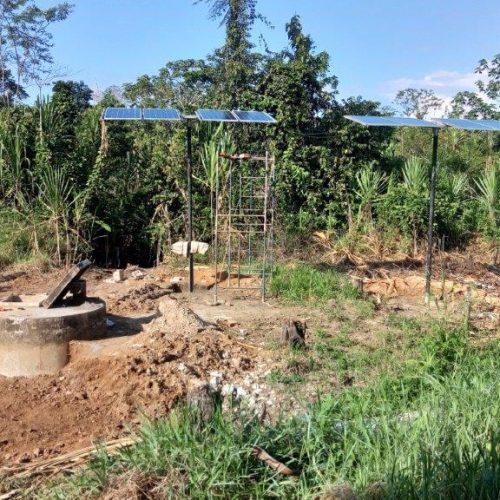 Les panneaux solaires installés près du puits