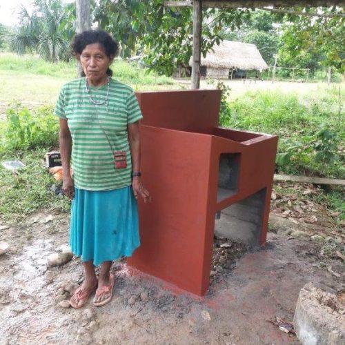 Sra Rosina, trésorière du comité, près de son lavabo en construction