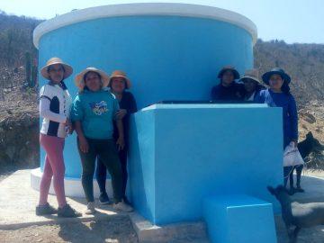 Quelques paysannes devant le réservoir