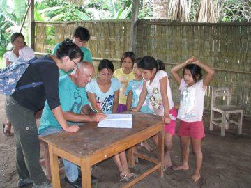 William signe l'acte de la réunion sous l'oeil attentif des jeunes filles de Diamante Azul, Unini et d'Elizabeth