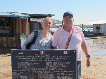 En visite à Atalaya, Alexia Delestre-Ducharme aide William à transporter une plaque jusqu'au bateau