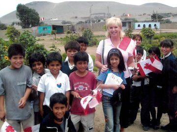 Lyne Francoeur en compagnie d'enfants de El Porvenir (2004)