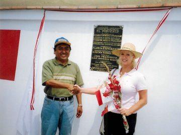 Lyne Francoeur et le maire provincial de Barranca, Elgar Marreros, lors du dévoilement de la plaque